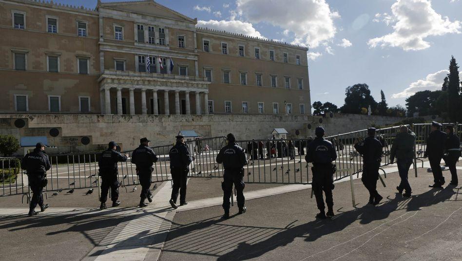 Parlament in Athen: Schuldenrückkaufprogramm verlängert