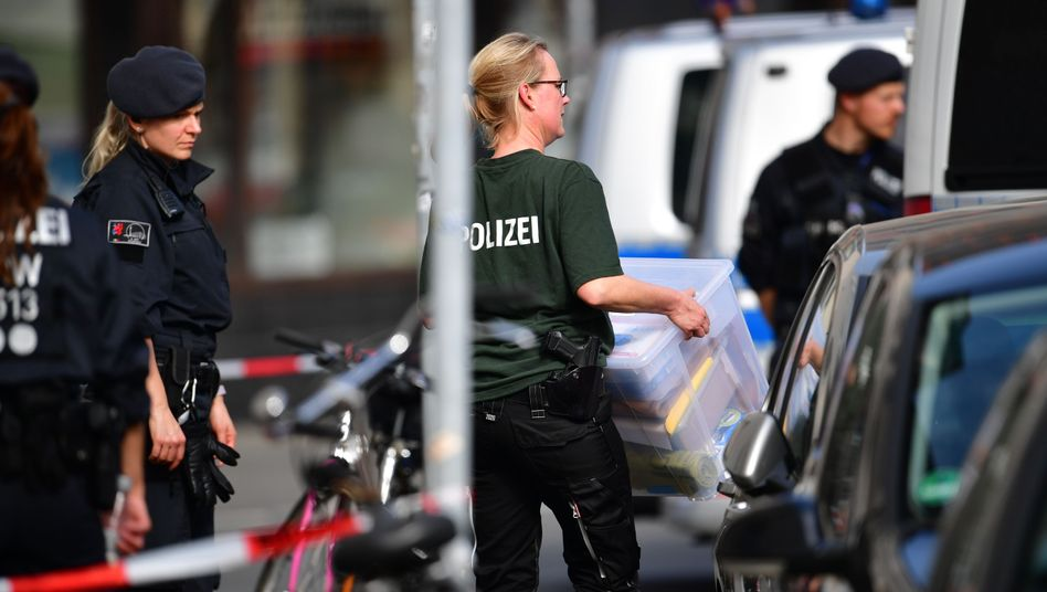 Polizisten tragen Beweismittel aus der Wohnung des Täters
