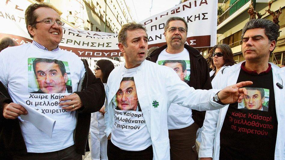 Protestierende Ärzte mit Loverdos-Porträt