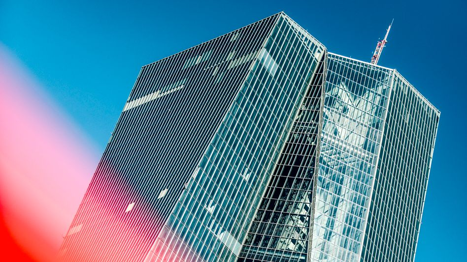 EZB-Zentrale in Frankfurt am Main:Umstrittene Kaufprogramme