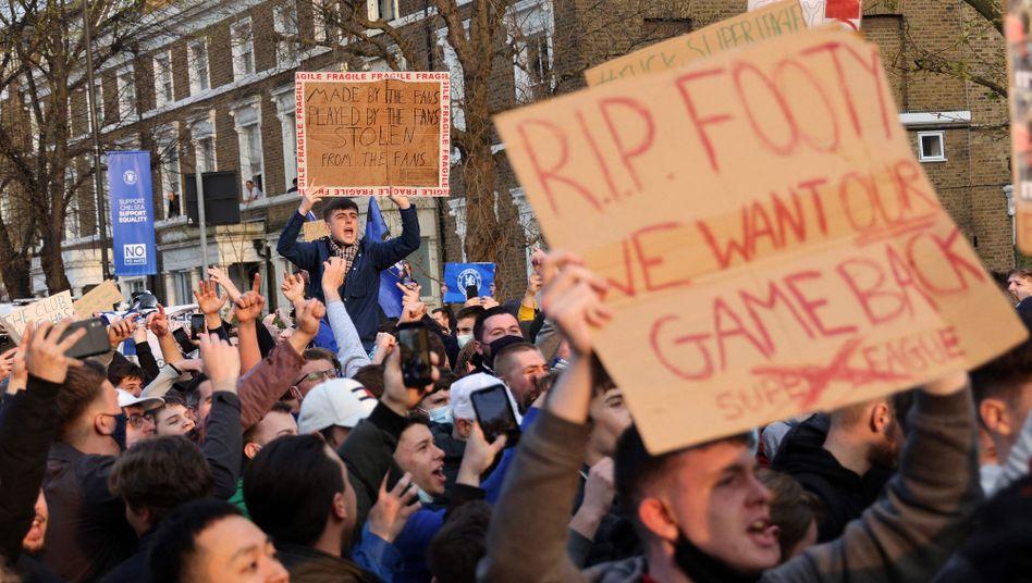 Protest gegen die Super-League-Pläne vor dem Stadion Stamford Bridge in London
