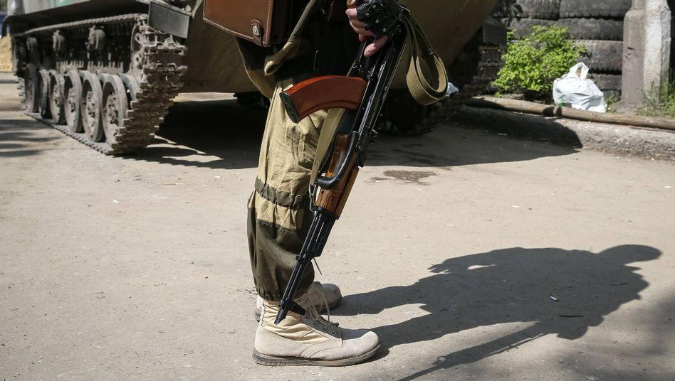 Bewaffneter Soldat in der Ukraine: Waffenlieferungen nach Deutschland