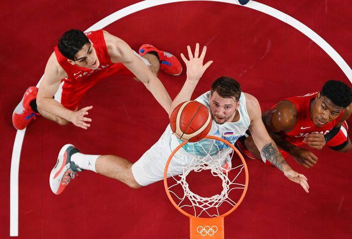 Luka Doncic (Mitte) steht mit Slowenien im Viertelfinale des olympischen Basketball-Turniers