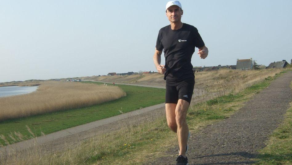 Frank Hofmann läuft: Der Chefredakteur des Vereins Andere Zeiten betet beim Rennen