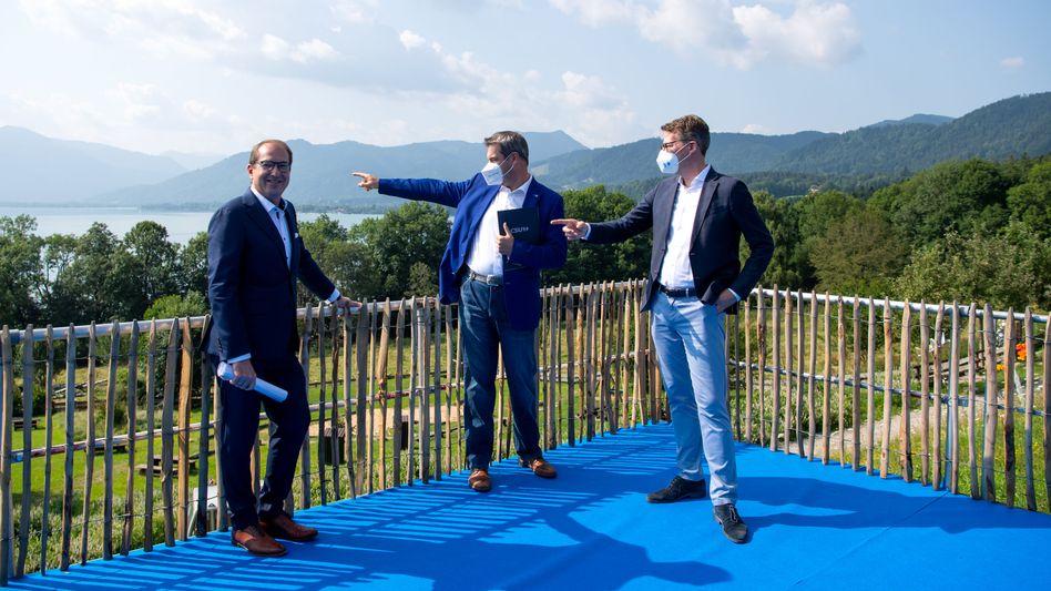 CSU-Politiker Dobrindt, Söder, Blume in weiß-blauer Kulisse