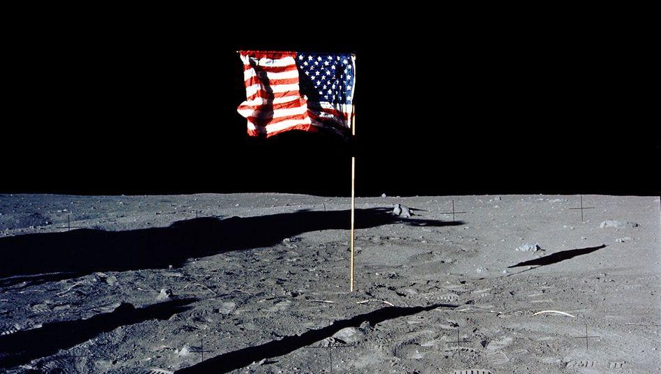 Berühmte Flagge auf dem Mond von der »Apollo 11«-Landung