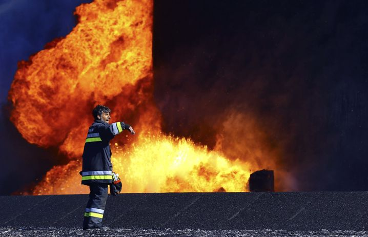 Brennende Öllager in Libyen: Öl ist die einzige Einnahmequelle des Landes