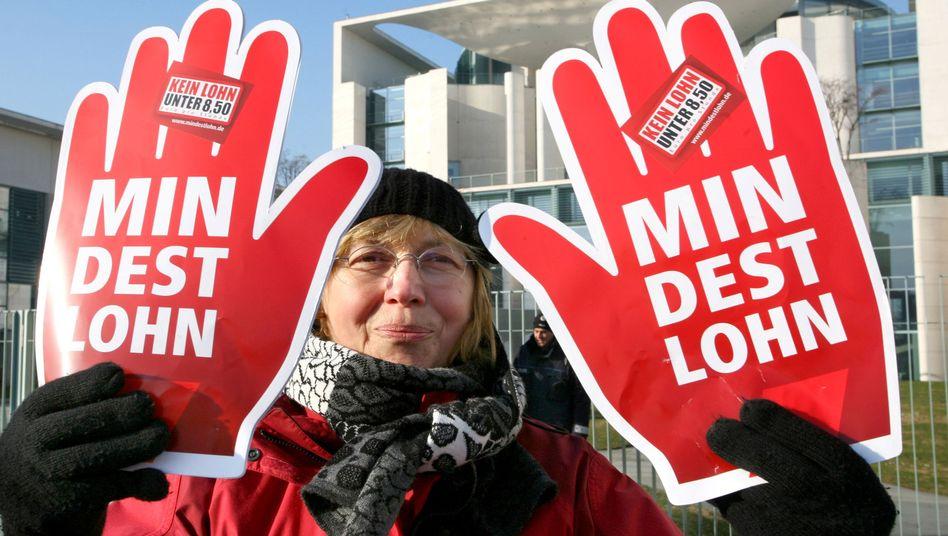 Demonstration vor dem Kanzleramt: Für Mindestlohn und gleiche Bezahlung von Zeitarbeitern