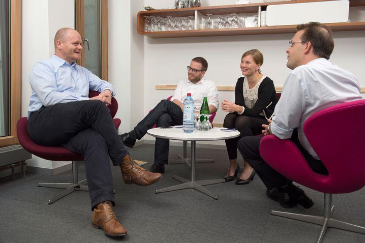 Bernd Schlömer mit den SPIEGEL-ONLINE-Redakteuren Fabian Reinbold, Annett Meiritz und Roland Nelles (v.l.) im SPIEGEL-Hauptstadtbüro