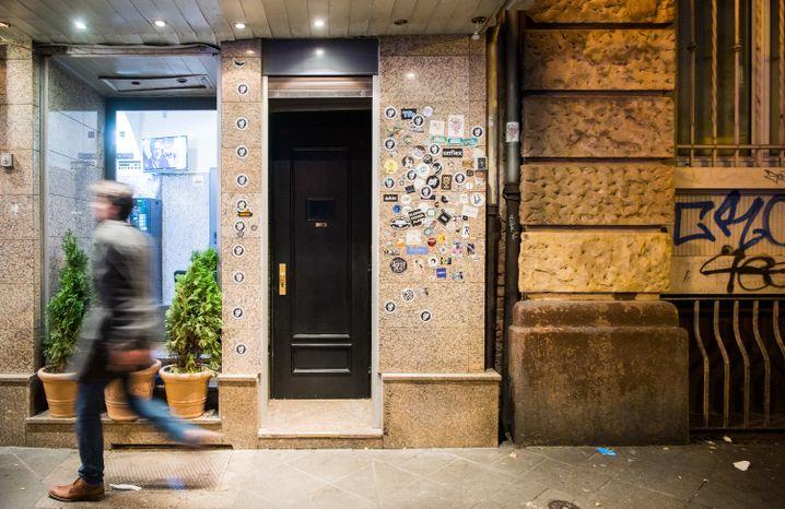 Von hier an geht es abwärts: Der Eingang zum Frankfurter Kellerlokal The Kinly Bar