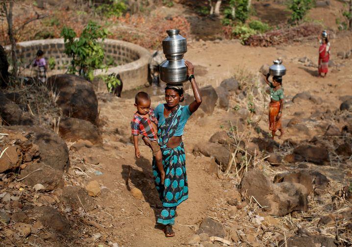 Frauen holen Wasser in Maharashtra, Indien (Archivbild)
