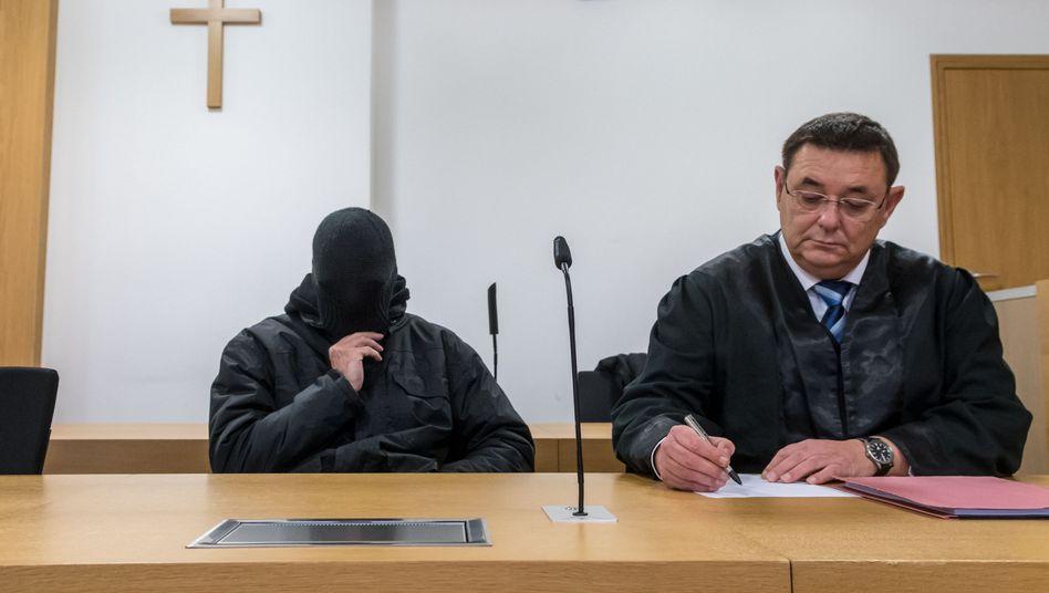Angeklagter ehemaliger Priester mit seinem Anwalt im Gerichtssaal