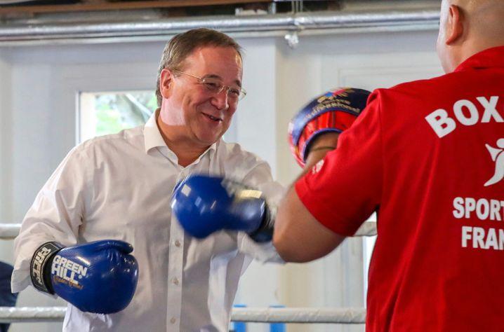 Showboxen für den Wahlkampf: Armin Laschet zum Wahlkampfauftakt in einem Boxcamp