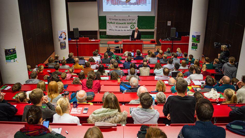 """Montagabend, über 125 Interessierte: Auf dem Programm der Uni Hannover steht """"Klimawandel und Klimakrise: Wo liegen die Ursachen und wo die Lösungen?"""""""