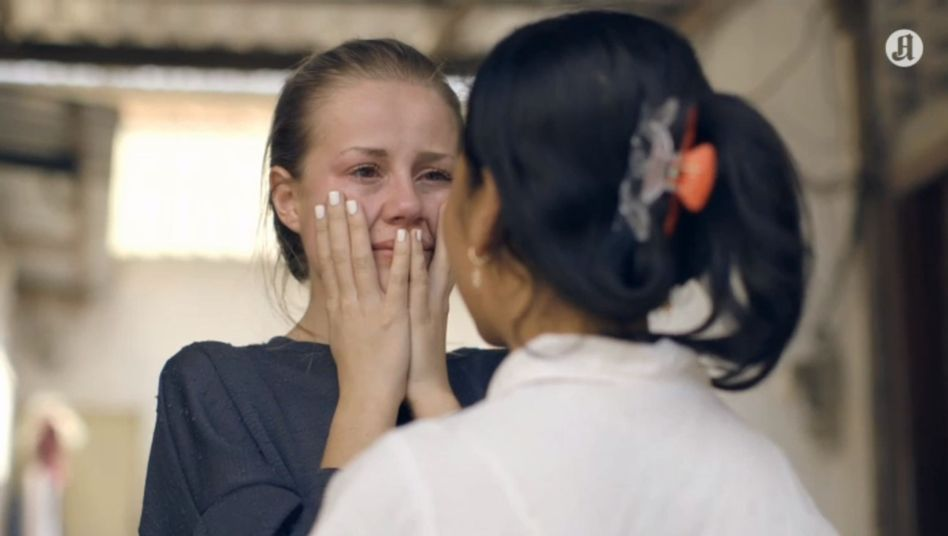 """Szene aus der Doku """"Sweatshop"""": Teilnehmerin Anniken und eine Näherin"""