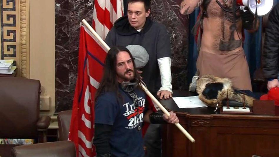 Paul Hodgkins (mit Fahne) am 6. Januar im US-Senat: »Dies war eine dumme Entscheidung meinerseits«