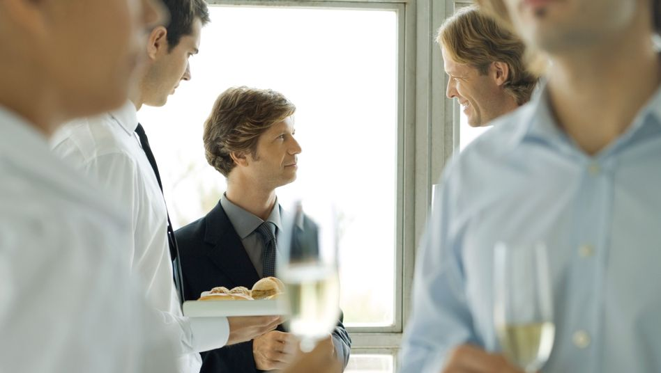 Immer ran an den wichtigsten Gast: Strebsame Jungs machen instinktiv das Richtige