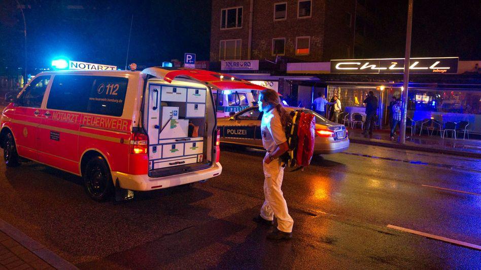 Notarztwagen vor einem Lokal in Hamburg: Schießerei fordert zwei Todesopfer