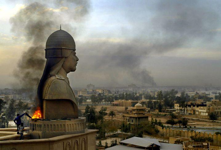 Saddam-Statue vor dem Palast in Bagdad (im April 2003)