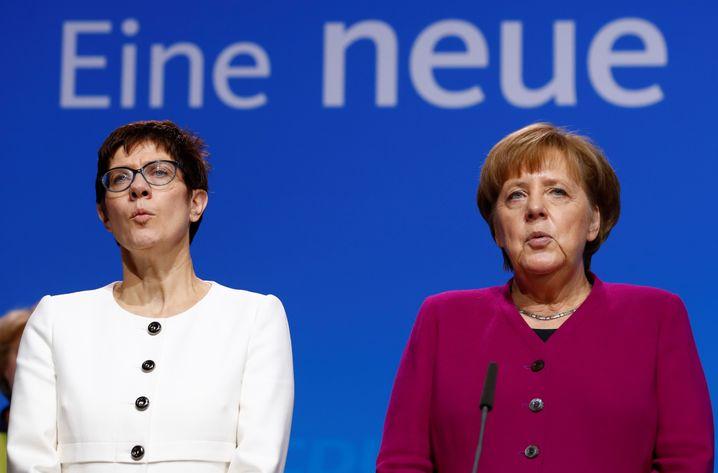 CDU-Chefin Kramp-Karrenbauer, Kanzlerin Merkel (Archivbild vom Dezember 2018 auf dem Hamburger Parteitag)