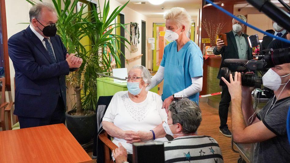 Die Pflegeheimbewohnerin Brigitte Friedrich wird von Sachsen-Anhalts Ministerpräsident Reiner Haseloff zu ihrer Impfung beglückwünscht