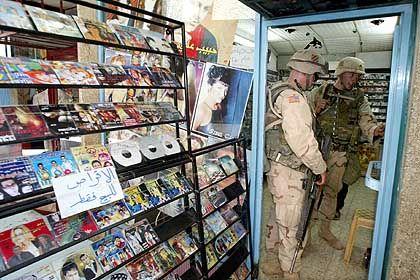 """US-Soldaten in einem Musikgeschäft in Bagdad: """"Sie könnten ohne Musik nicht bestehen"""""""