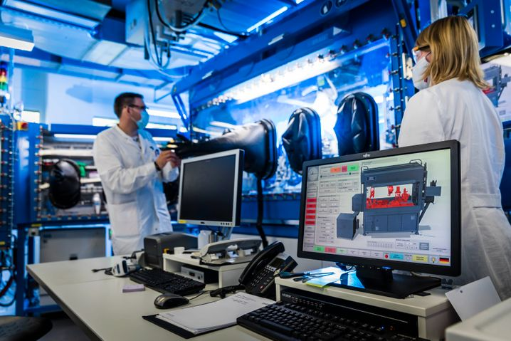 """Battery researchers in Münster: """"If Germany only corners 5 to 10 percent of the expected giga-market, it would be a gigantic success."""""""