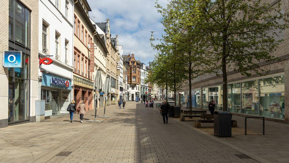 Fast menschenleere Fußgängerzone (in Wiesbaden): bald wieder belebter?