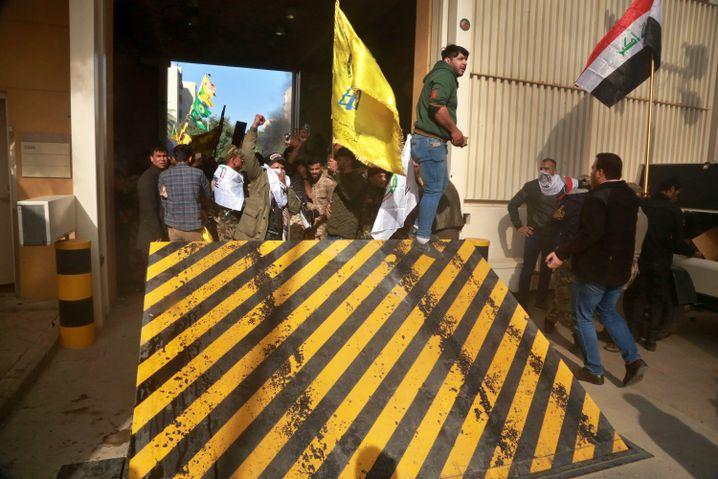 Demonstranten stürmen das Gelände der US-Botschaft