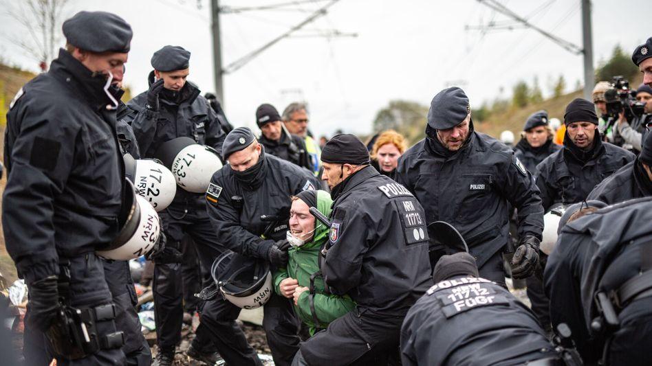 Polizisten räumen die Kohlebahn