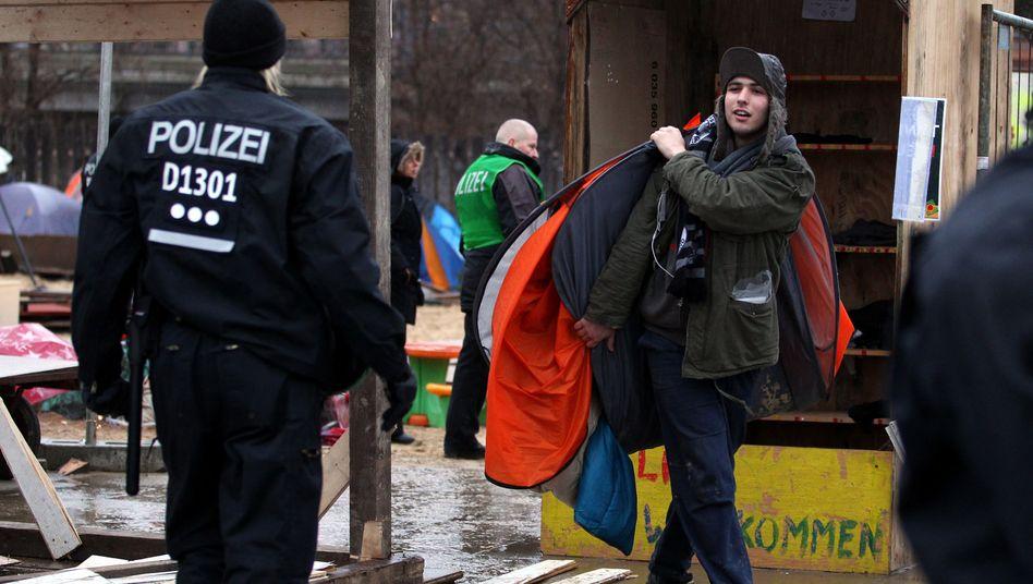 Polizeiaufgebot vor dem Occupy-Camp in Berlin: Abzug der Globalisierungsgegner