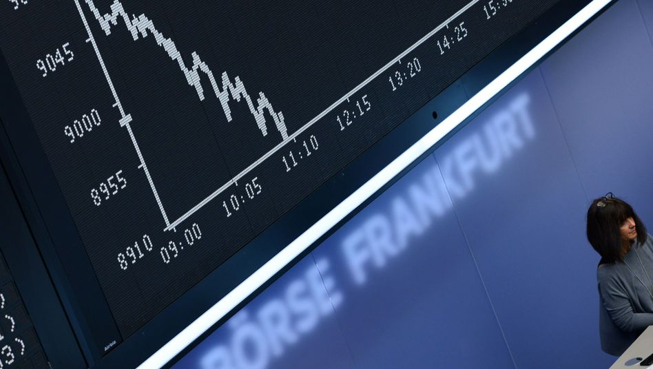 Fallende Dax-Kurve auf der Anzeigetafel der Frankfurter Börse