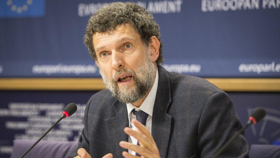 Osman Kavala im Jahr 2014 bei einer Pressekonferenz im EU-Parlament