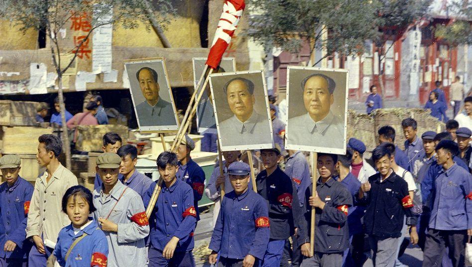 Rotgardisten mit Mao-Plakaten in Peking 1966
