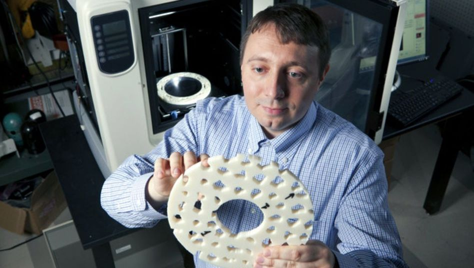 Über Nacht produziert: Forscher Urzhumov mit der Scheibe aus dem 3-D-Drucker