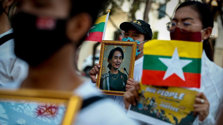 Am 1. Februar riss das myanmarische Militär die Macht im Land wieder an sich. De-facto-Regierungschefin Aung San Suu Kyi wurde seitdem nur ein einziges Mal gesehen: per Videoschalte vor Gericht.
