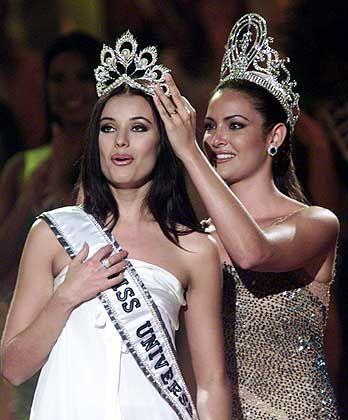 Die alte Miss und die neue Miss: Vorjahressiegerin Denise Quinones (Puerto Rico) krönt Miss Russland