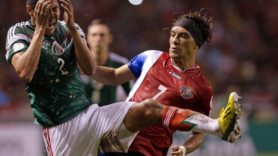 Mexikos Ayala (l.), Costa-Rica-Spieler Bolanos: Chance trotz Pleite