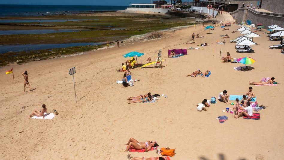 Mäßig besuchter Strand in Lissabon: Deutschland verhängt Quarantänepflicht für Portugal-Rückkehrer