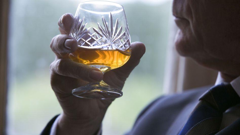 Ein Drink und dann noch einer: Rund 400.000 über 60-Jährige haben in Deutschland ein Alkoholproblem