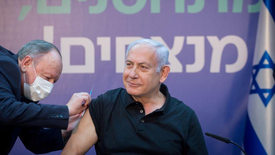 Israels Premier Benjamin Netanyahu bei der zweiten Corona-Impfung (am 9. Januar)