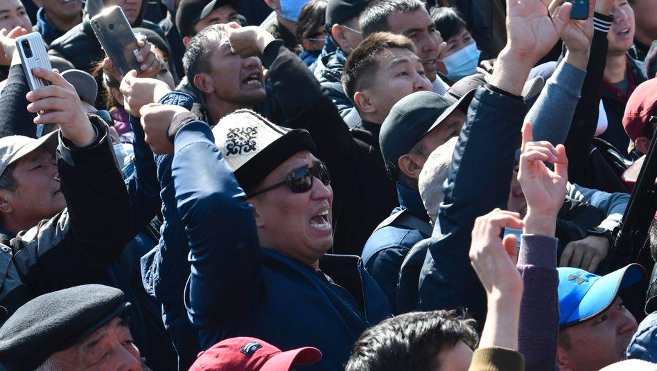 Kirgisistan, Bischkek: Menschen protestieren während einer Kundgebung auf dem zentralen Platz