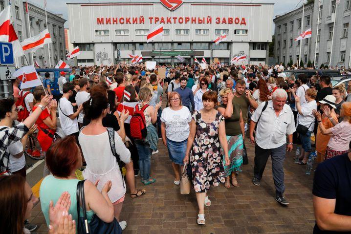 Demonstranten zeigen sich solidarisch mit streikenden Arbeitern der Minsker Traktorfabrik