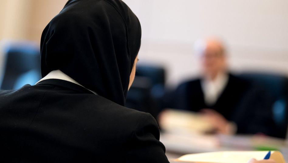 Berufungsverhandlung zum Kopftuchverbot vor einem deutschen Verwaltungsgericht (Symbolbild)