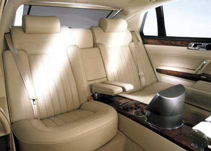 Luxuriöser Innenraum: 18-fach verstellbare Vordersitze und Vier-Zonen-Klimaanlage