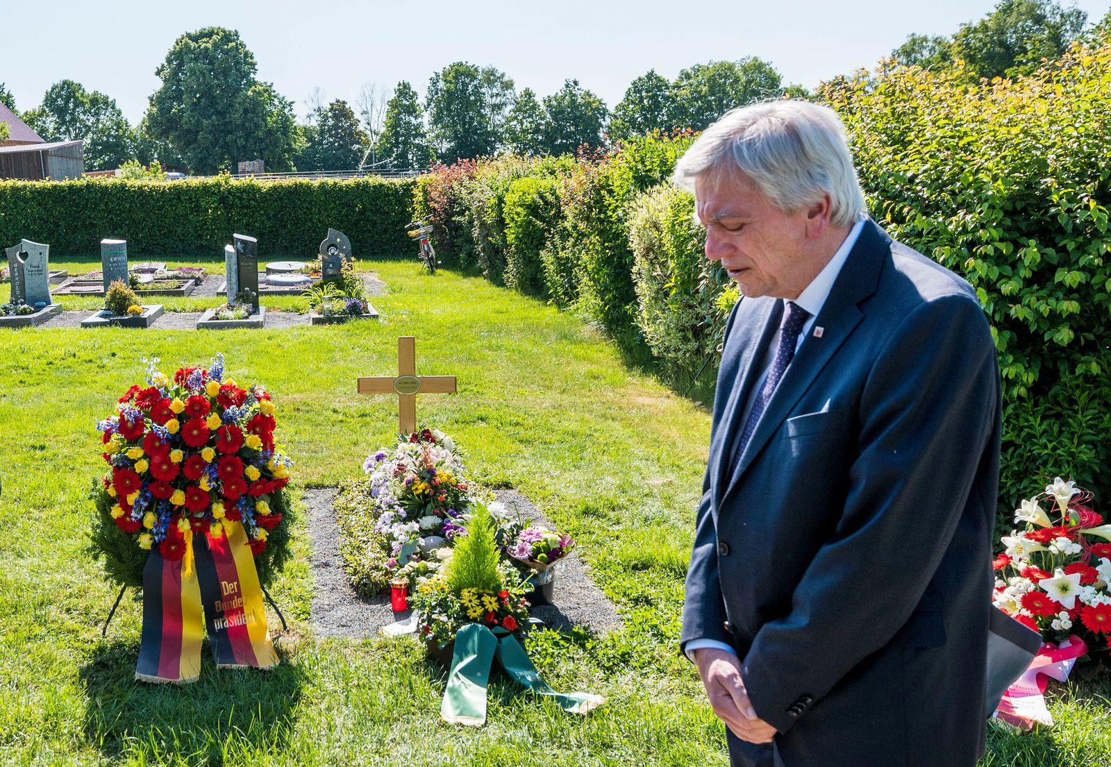 Ministerpräsident Bouffier an Lübckes Grab