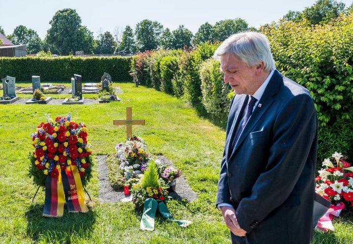 Hessens Ministerpräsident Volker Bouffier besucht zum Jahrestag das Grab Lübckes