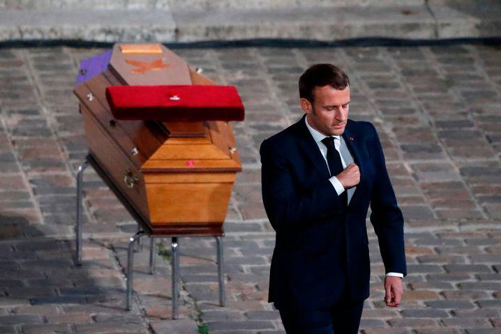 Frankreichs Präsident Emmanuel Macron am Sarg des getöteten Lehrers Samuel Paty