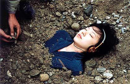 Szene mit Seo Min-jung: Tödlicher Sturz aus dem Fenster
