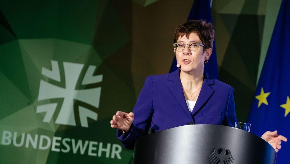 Verteidigungsministerin Annegret Kramp-Karrenbauer fordert ein aktiveres Vorgehen der Bundeswehr im Ausland